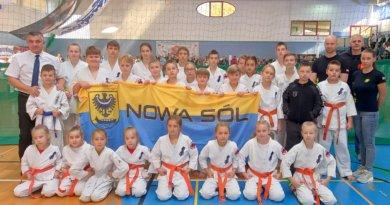 Fanklub pełen rodziców dopingował karateków NKKK